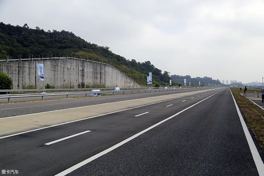 测试地点被选在了深圳郊区的某道路测试场,这里包含了NVH项目所需的多种铺装路面道路,我们的噪音测试正是在其中的普通沥青路面上进行的。