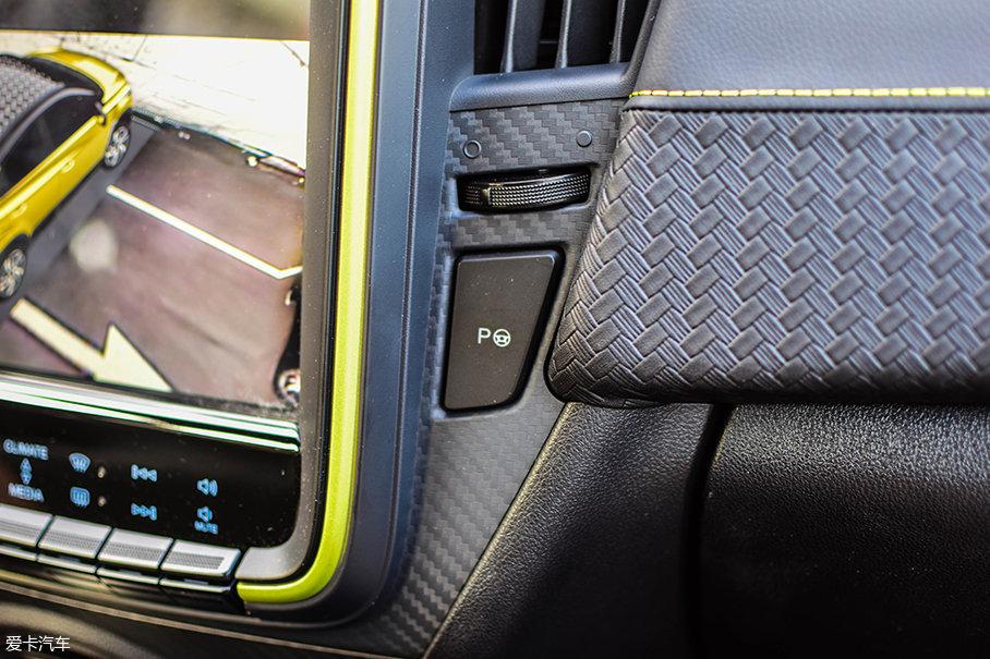这个按键为自动停车系统的开关,除了能适应侧向、后向停车,还能将车驶出侧向车位。内地版车型的此处并非自动停车系统按键,望读者们知悉。