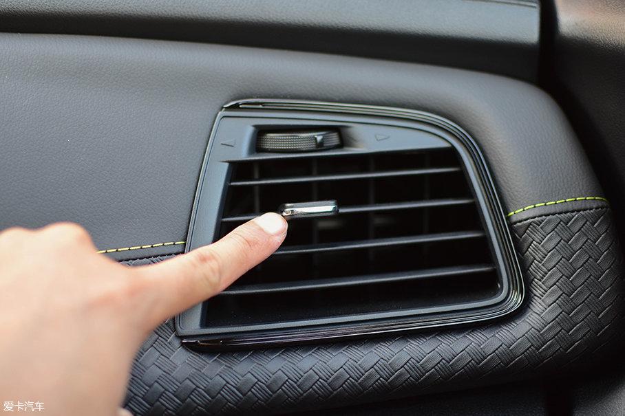 台版车型的空调出风口无法完全关闭。关于这点,我们向东风裕隆纳智捷的厂家人员询问,他们表示由于两岸的供应商不同,所以在内地车型上没有这个问题。