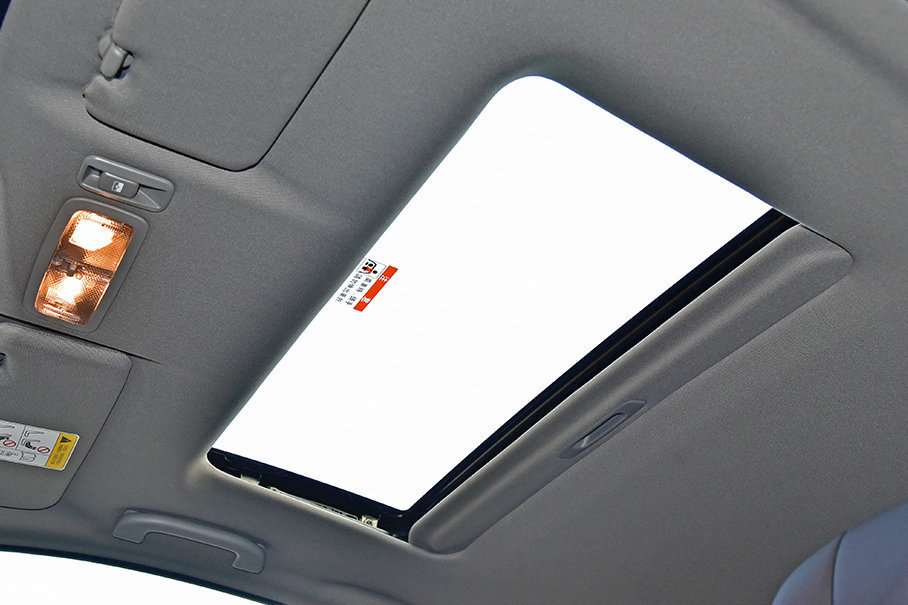 本车配置了一个传统天窗,在这个级别中是非常常见的配置。