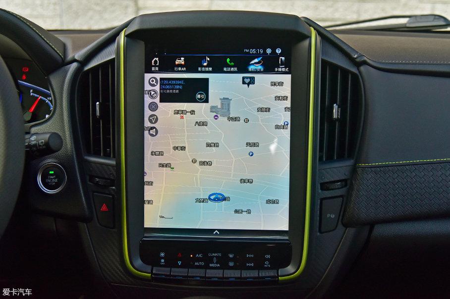 12寸大屏幕是车内的亮点,要注意的是与车身同色的绿色饰条,只会出现在台版顶配车型上,大陆版车型没有。