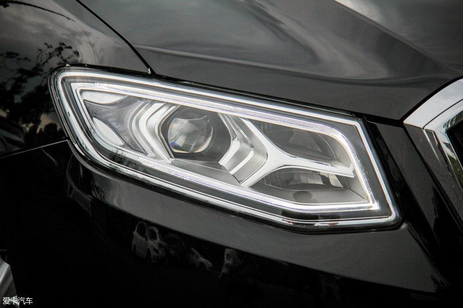 采用了LED光源的车头灯为远近光分体式设计,其中近光灯带有透镜,并带有随动照明功能。
