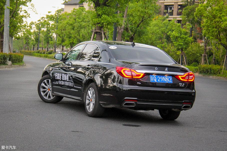 车尾造型也变得更为简洁大气,其中LED尾灯的变化最为明显,与两侧尾灯相连的镀铬装饰条也为车尾带增添了不少层次感。