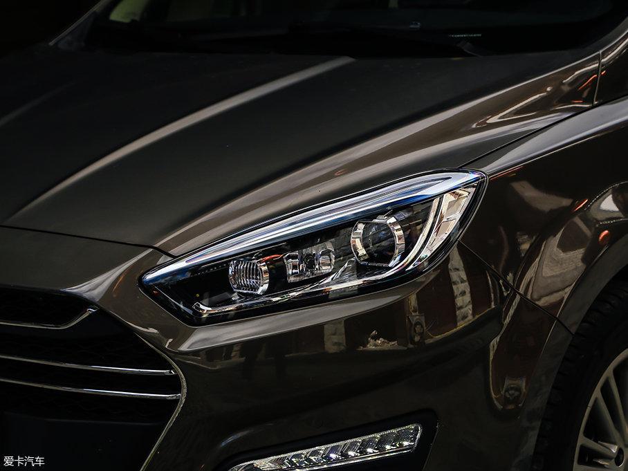 """大灯光源全部采用卤素灯,高配车型配备自动大灯,作为一辆中国品牌经济型MPV,它不仅解决""""有"""",个别位置更能达到了""""优"""",无疑是让人惊喜的。"""