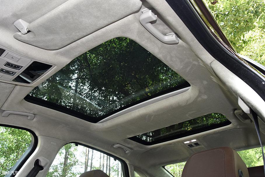 加长后,XFL也配备了全景天窗,不过XFL的全景天窗是前后分段式的,均有独立可控的遮阳帘,但只有前段天窗可开启。
