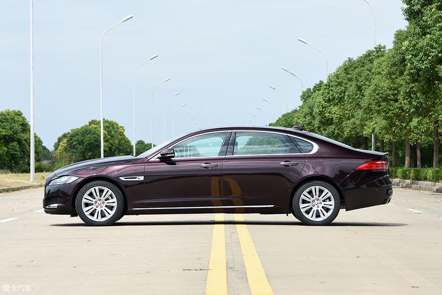 2018款XFL的车身尺寸为5093/1880/1456mm,轴距3100mm,与老款车型保持一致;相比标准轴距的XF,增加的140mm基本都放在了B柱之后,不过车身侧面线条依然平滑流畅。