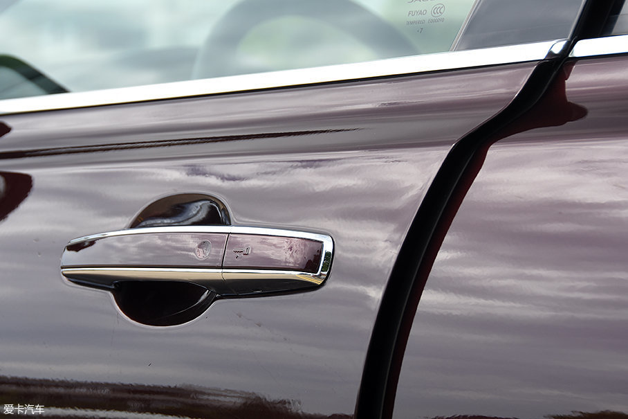 250PS豪华版及更高配置车型标配无钥匙进入系统,同时此次的测试车还选装了电吸门,高级感油然而生。