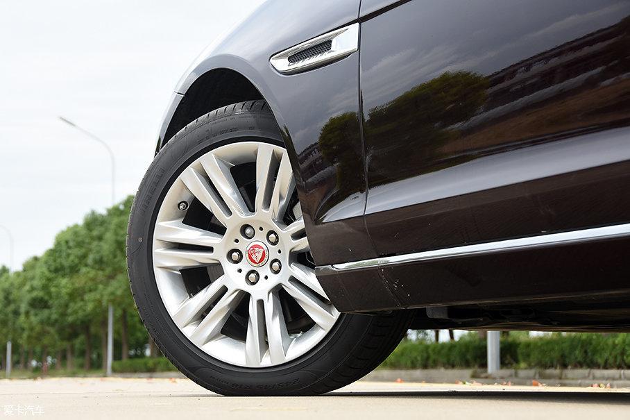 除了最低配的200PS风华版外,2018款XFL标配18英寸轮圈与规格为245/45 R18的轮胎。测试的250PS豪华版选用倍耐力P Zero高性能系列轮胎,偏重操控性。