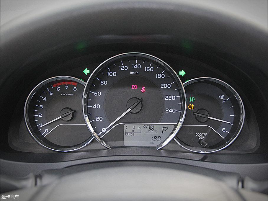 传统的圆盘式仪表盘设计简洁,清晰,而底部单色液晶显示屏可显示温度