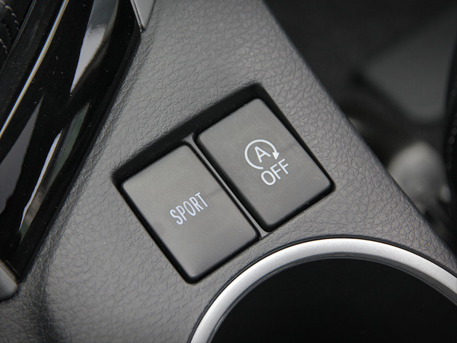 在变速箱后方有SPORT模式切换按钮与自动启停开关。