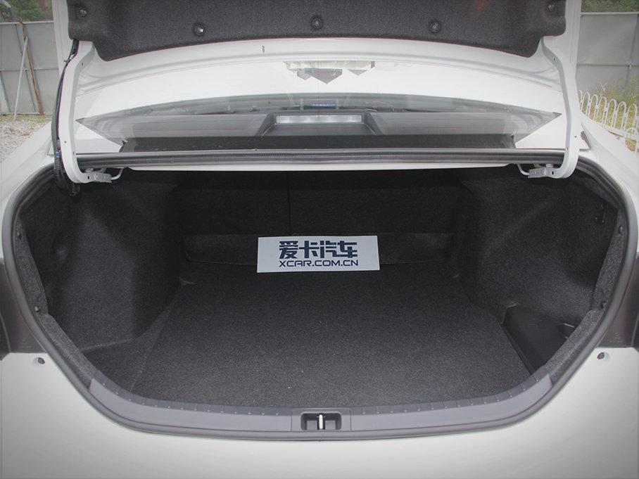 雷凌185T的后备厢空间容积接近430L,同时测试车的后排座椅还可按比例放倒,放倒之后它的后备厢空间将进一步扩大,对于正常生活而言可以完全足够。