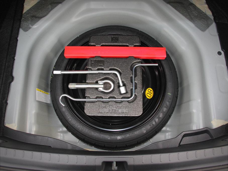 后备厢下方配备着全尺寸备胎,同时还配有更换备胎的工具。