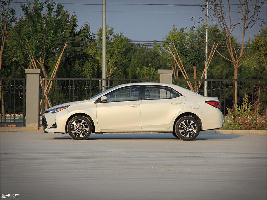 侧面的车身采用较为硬朗的线条进行修饰,这与卡罗拉上的线条基本相同。不仅如此,雷凌185T仅在车长方面比卡罗拉1.2T车型稍长10mm,而车宽、车高和轴距与后者完全一致。