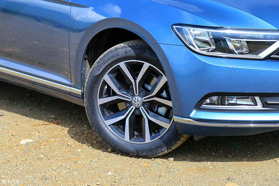 双五辐Y字形的轮圈样式已经多次出现在大众车系中,给人的视觉冲击力没有四驱车型强烈,轮胎采用倍耐力P7,尺寸为215/55 R17,四驱车型则为235/45 R18。