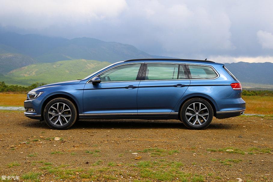 2018款蔚揽旅行轿车的长宽高分别为4767mm/1832mm/1491mm,轴距为1791mm。侧面一条锋利的腰线贯穿前后门把手,看上去非常犀利。