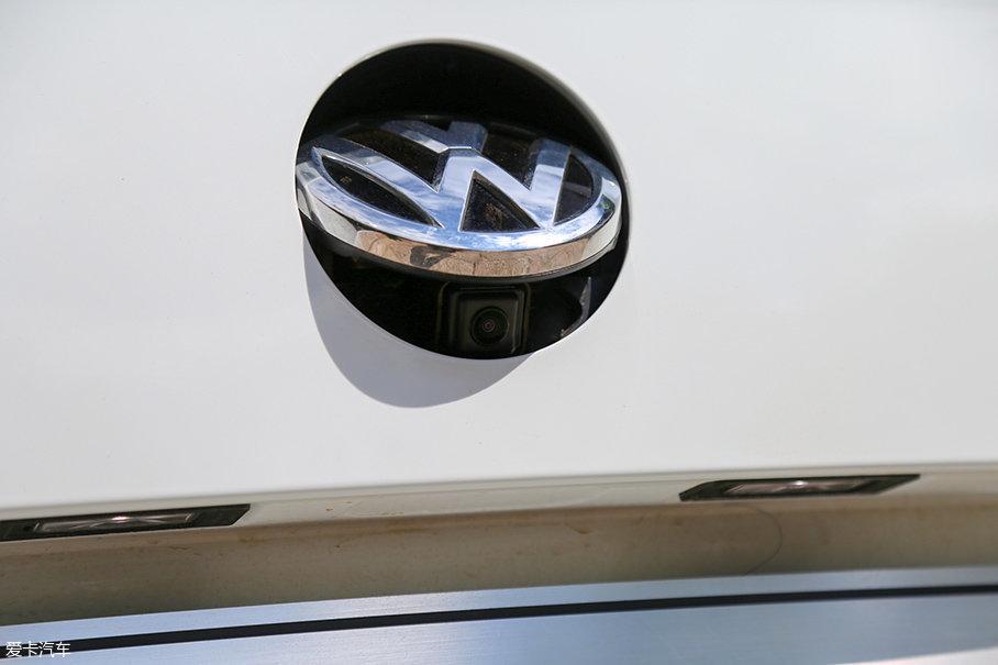 高配车型的车尾标下隐藏着倒车影像的摄像头,不过我们的试驾车并没有此项配置。