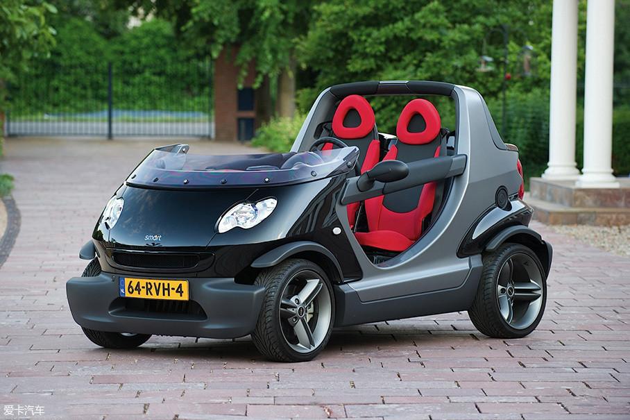 巴博斯与smart的首次合作——smart Crossblade。基于初代smart敞篷版车型开发,拥有非常古典的半风挡设计,车顶结构被彻底取消,车门部分也被简化成为柱状的剪刀门。