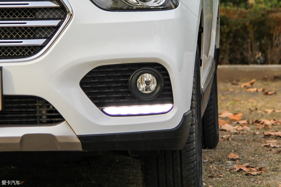 只有顶配车型配有自动头灯,所以白天,在其他光源全部关闭时,LED日间行车灯便会亮起。造型没有过多的设计,只是雾灯下方一条简单的灯带。