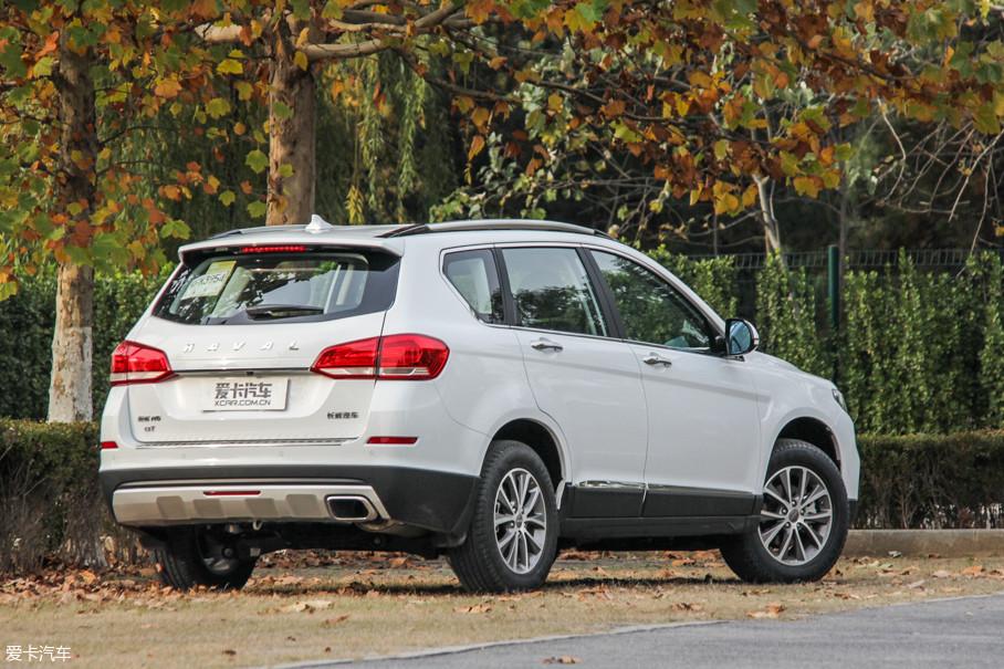 车身四周包围着黑色的防擦边塑料护板,前后保险杠的底部还有银色的护板,让哈弗H6看去上不仅时尚,还增加了一丝野性的味道。