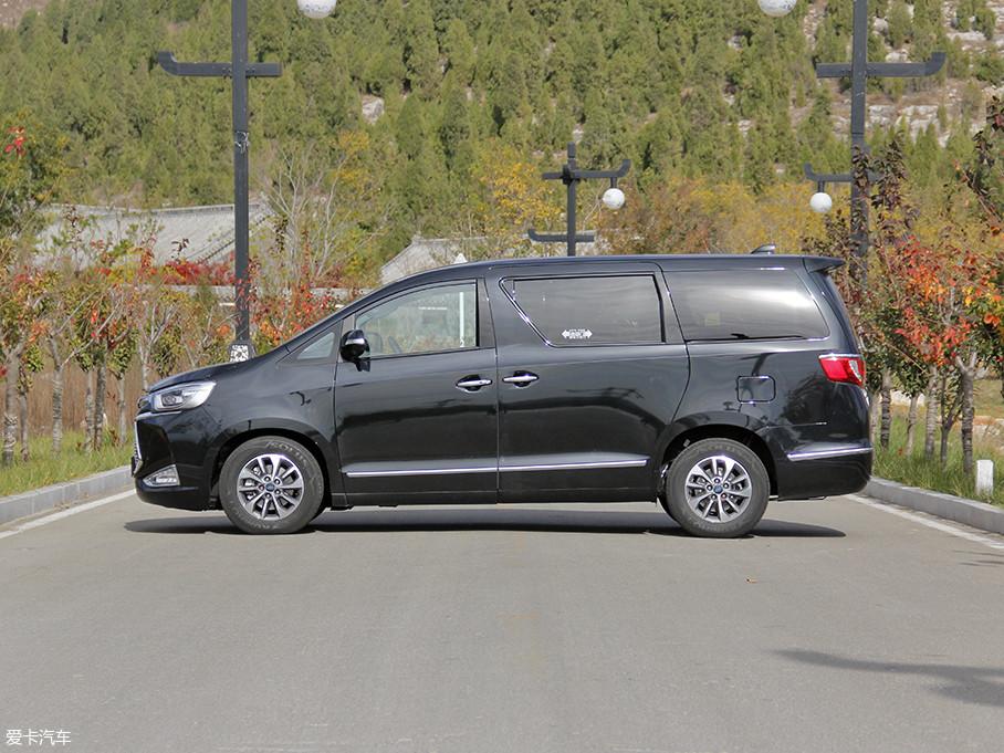 车身尺寸方面,新车长宽高分别为5005*1850*1970mm,轴距为2950mm。作为江淮汽车旗下的高端MPV,后排采用的是隐私玻璃,营造了一个相对私密的环境。