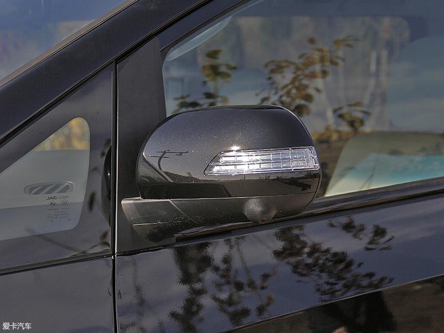 外后视镜上集成了LED转向灯,支持电动调节和折叠功能,其底部还设有用于全景影像功能的摄像头。