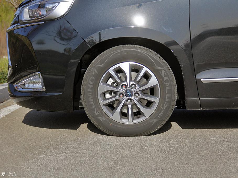 双五辐式的铝合金轮圈看起来较为时尚,与之搭配锦湖SOLUS SA01系列轮胎,前后胎规格均为215/65 R16。