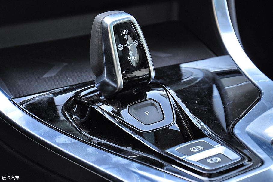 两驱版车型的传动系统匹配了来自爱信的6挡自动变速箱,而四驱版新车则为7挡双离合器变速箱。