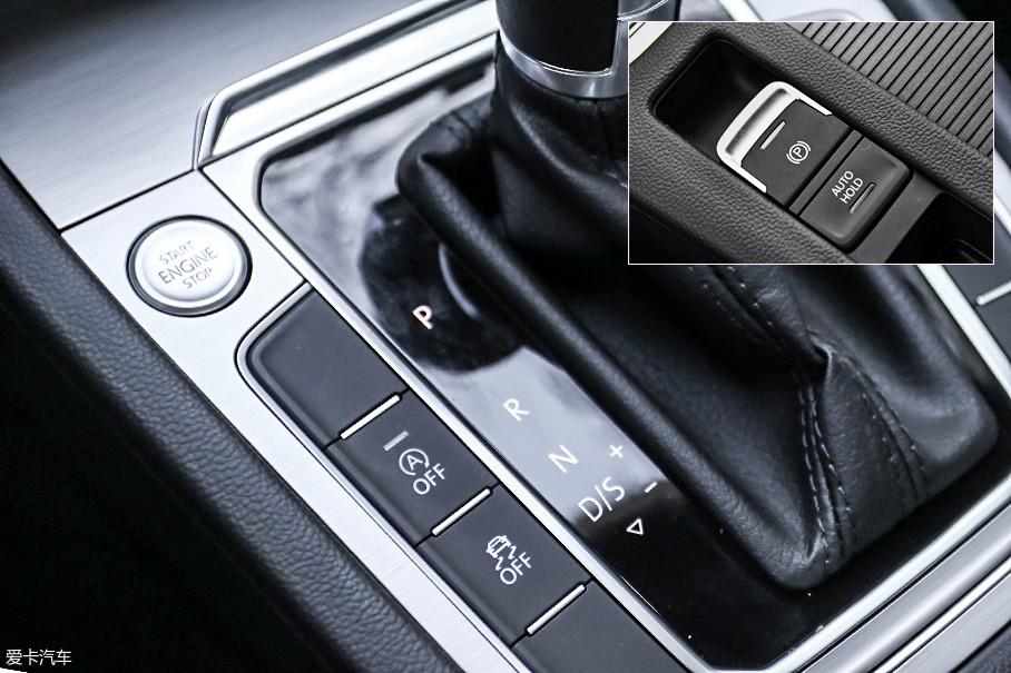 虽然方向盘和中控台都让它看起来是一台低配车型,但实际上,车上必要的实用功能一样不少。包括一键启动、电子手刹、AUTOHOLD、自动启停、电子车身稳定系统和驻车雷达。