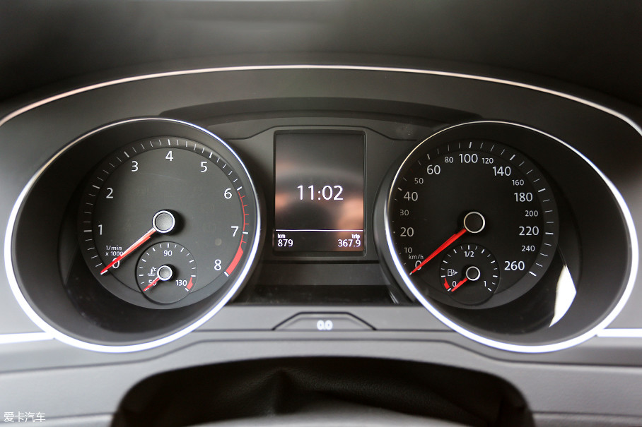双圆形机械指针仪表配合黑白双色行车电脑。虽然配置略显简单,但大众在这块黑白显示屏上集成了所有驾驶所需的信息。