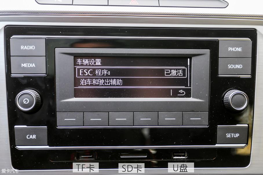 随着对这块小显示屏的深入研究,我才发现什么叫麻雀虽小五脏俱全,其内的控制功能丝毫不少,音乐系统支持三种音乐扩展模式,U盘接口还可以直接与手机相连,并且支持歌曲名称显示。