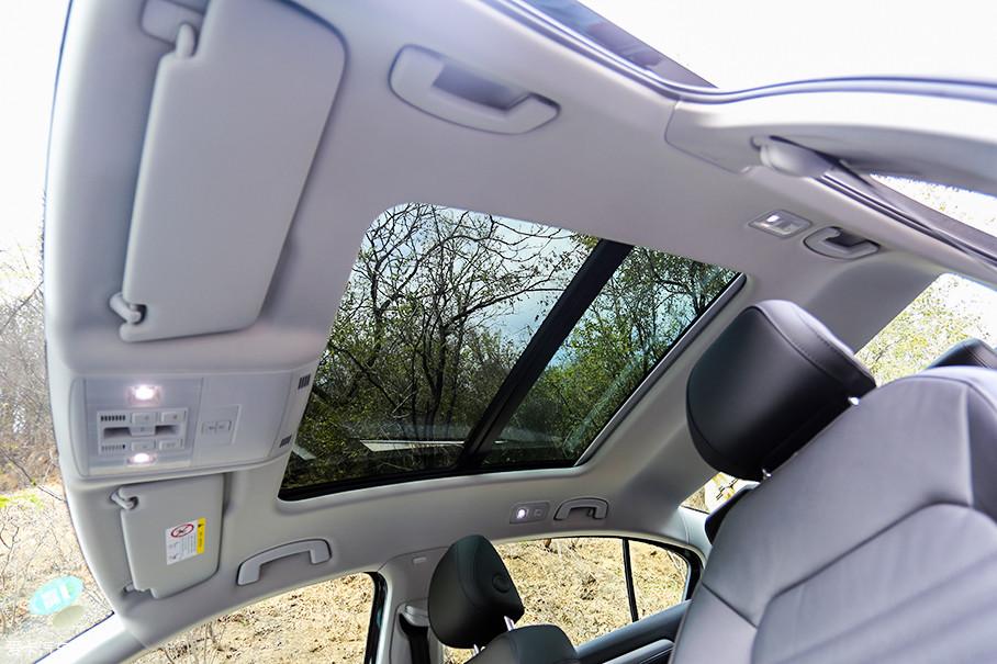 另外,我们所试驾的越享型只是比最低配舒适型多了一个全景天窗,而售价则贵了8000元。个人觉得,还是物有所值的。