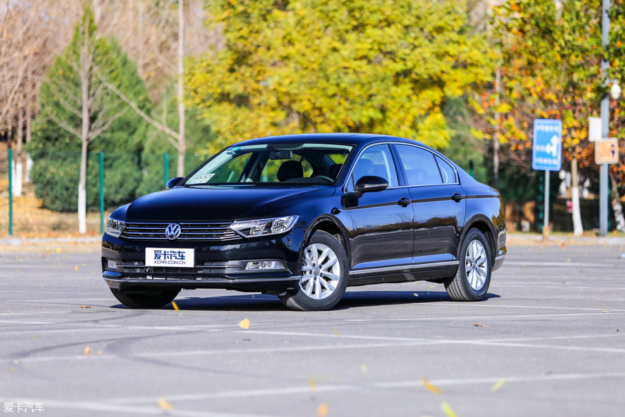 全新迈腾延续了德国原汁原味的设计,相比上一代车型的车宽有所增加,视觉重心也更低,使得全新迈腾的运动感更加强烈。车身整体依旧采用大众惯用的简约设计风格。