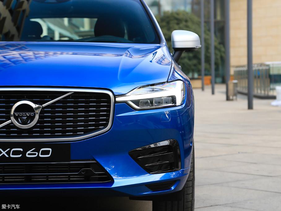 """全新一代XC60的""""雷神之锤""""大灯有开眼角设计,而XC90是没有这种设计的,新车辨识度因此而提高。光源方面,试驾车配备第二代FAHB矩阵式LED大灯,带自动切换远/近光功能。"""