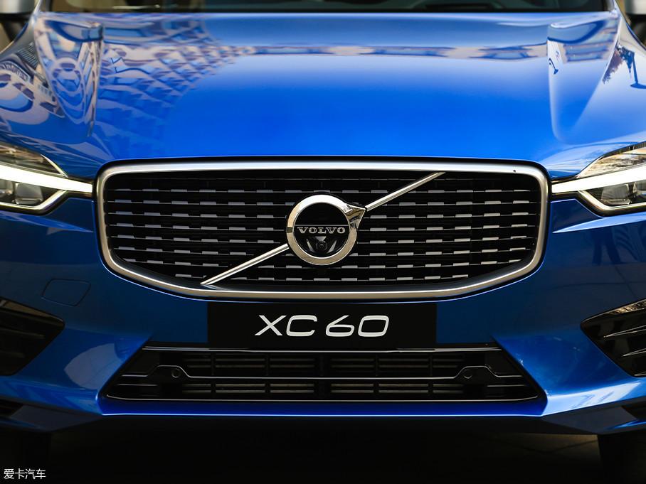 全新一代XC60将推出豪华版、R-Design运动版两种版本共八款车型,本次试驾的是T5 R-Design运动版,其格栅采用平行式网状设计,视觉冲击比智远版、豪华版采用的直瀑布格栅强一些。