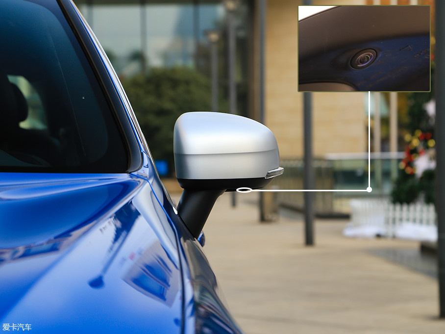 银色后视镜壳是R-Design运动版独有的配备,是蓝色、黑色、红色车身背景下一个非常抢眼的存在。后视镜安装在A柱之后,与前侧窗的夹角呈喉管状,通过加速气流流动带走粘附在侧窗的水滴。