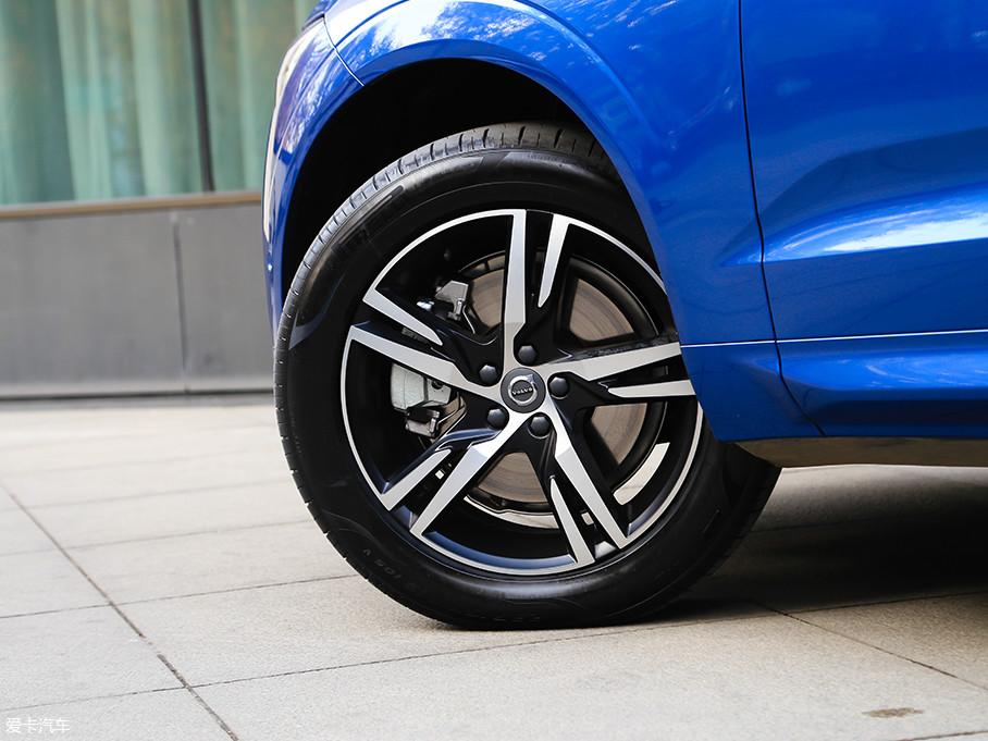 """配置不同,轮圈也不一样,试驾车T5 R-Design运动版配双色19寸轮圈,轮胎来自倍耐力P Zero系列,尺寸为235/55 R19。倍耐力P Zero系列被誉为""""轮胎界的PRADA""""。"""