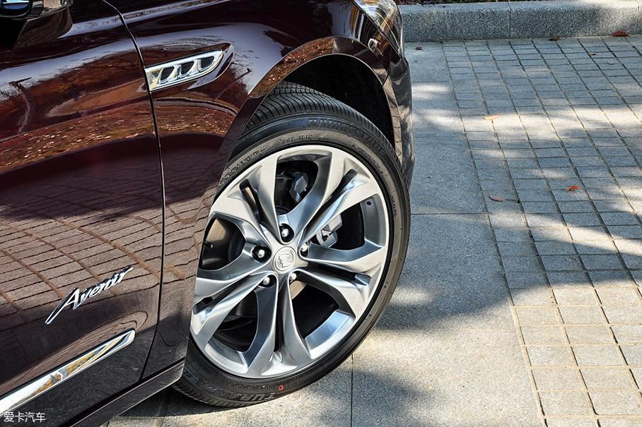"""君越Avenir配备了独特""""皇冠型""""镀铬轮圈,轮胎采用普利司通泰然者系列,轮胎规格245/45 R19。"""
