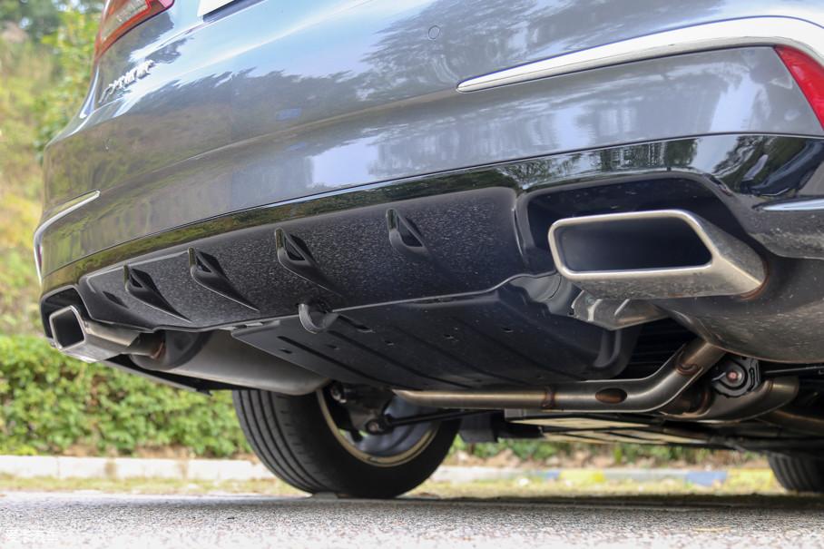 车尾底部采用了装饰性的扩散器饰板,双边共双出的排气还采用了镀铬装饰,提升了车尾造型的运动感。