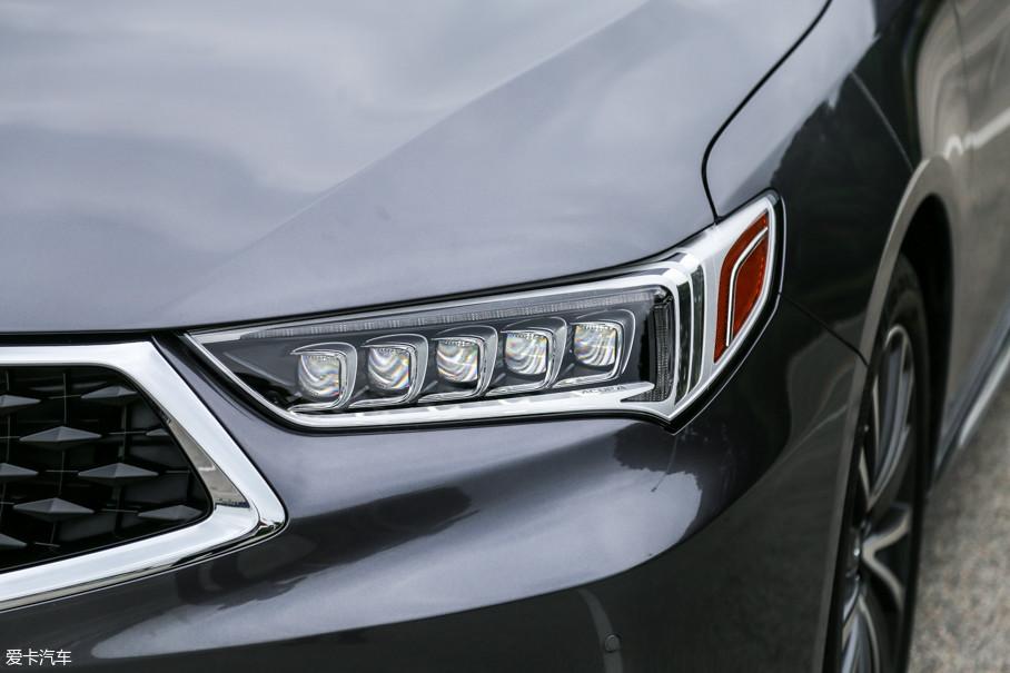 """头灯造型修长锐利,与中网紧密相连的设计更是增加了前脸的横向视觉空间,全部采用LED光源的""""Jewel Eye""""光学照明系统科技感十足,具有直观醒目的品牌辨识度。"""