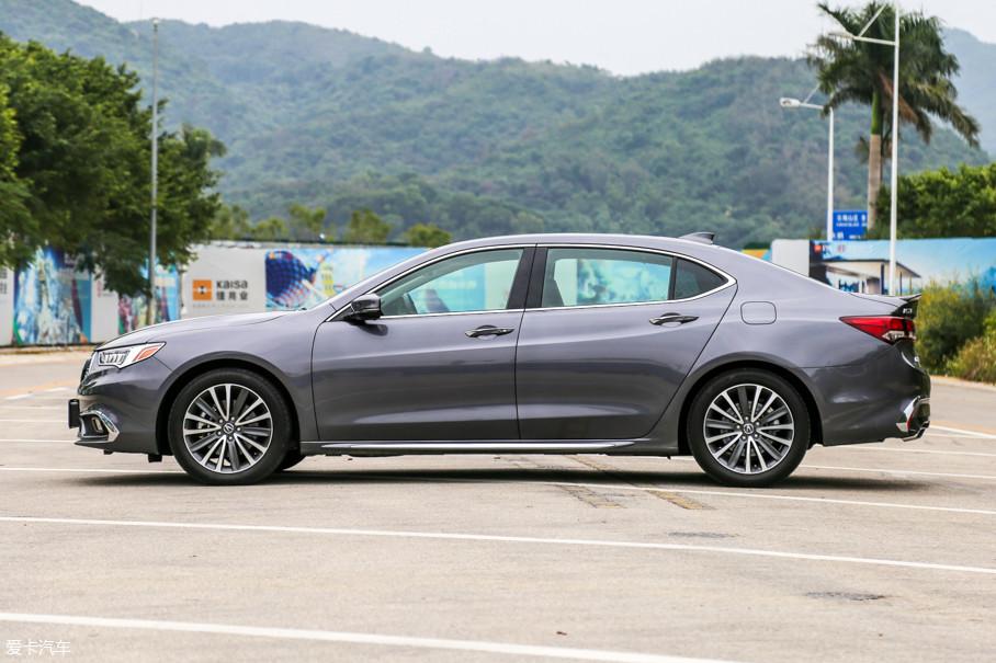 广汽Acura ALL NEW TLX-L相比海外版增加的125mm轴距尽数布置在B柱之后的位置,但缓慢滑落的背部曲线让它的造型流畅而和谐。