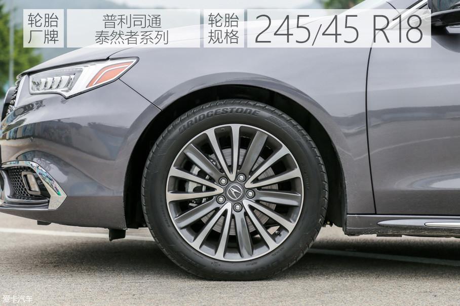双色15辐铝合金轮圈造型十分精致,装配了来自普利司通的泰然者系列轮胎,尺寸为245/45 R18。