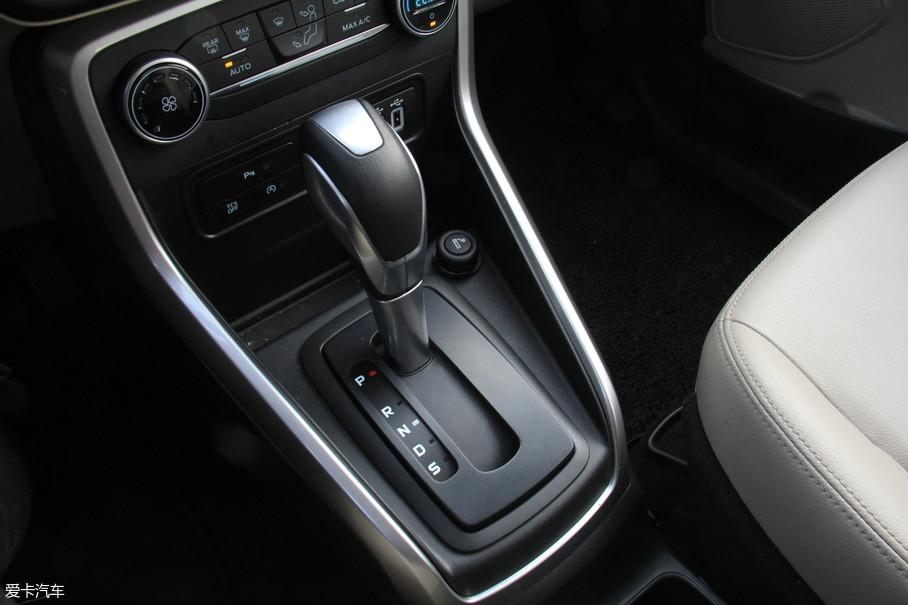 6速自动变速箱可以通过方向盘背后的拨片手动选择挡位,但变速箱对于拨片换挡指令的执行速度稍慢。