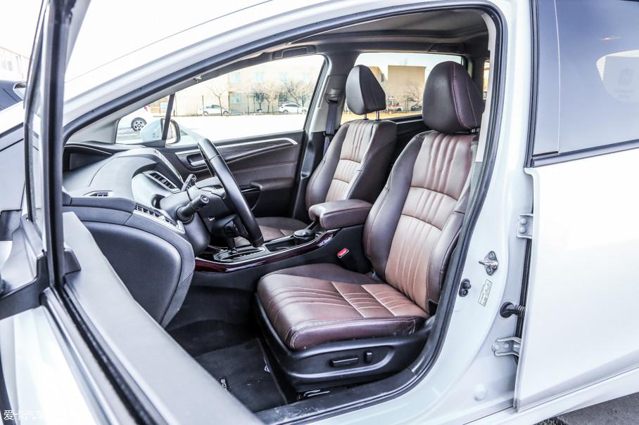 新款车型对于座椅的减震能力以及对于身体的贴合度都进行了升级。五座以及六座版的两款顶配车型均采用了电动调节的主驾驶座椅,而副驾驶座椅则全系为手动调节。