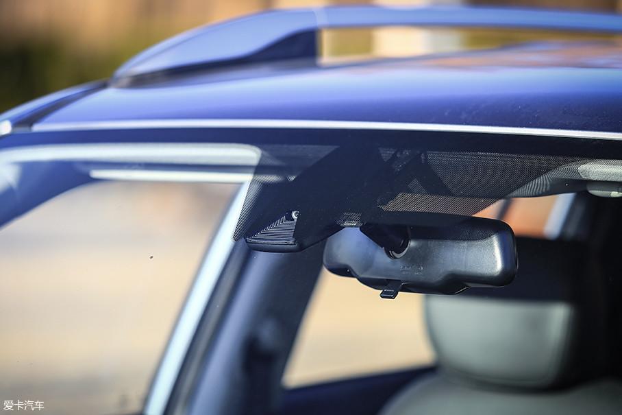 内后视镜前方是LDWS车道偏离警示系统的扫描探头。