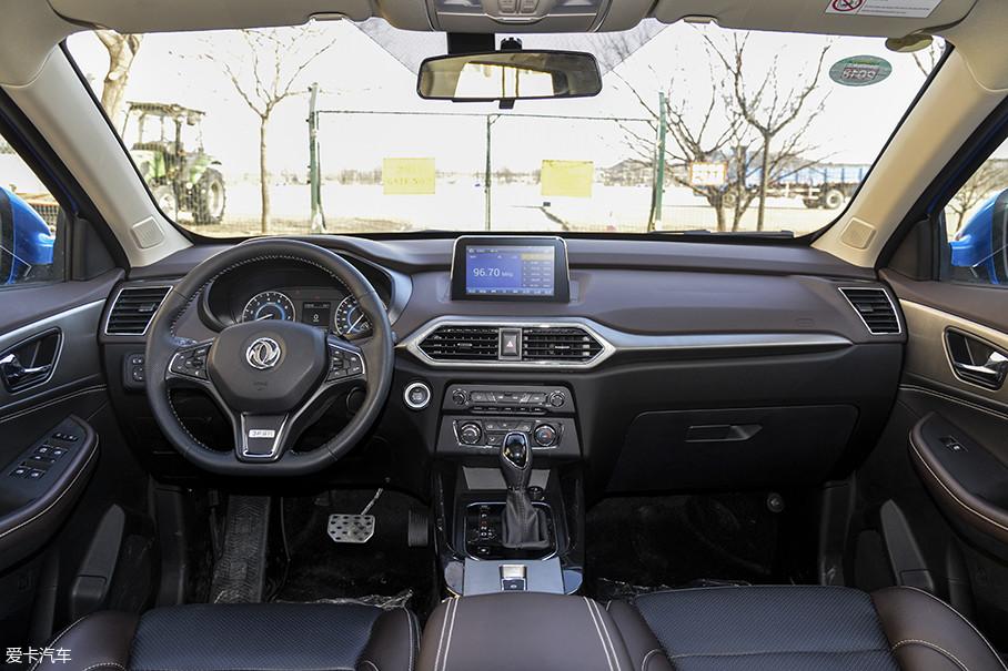S560的内饰质感进步较为明显,不仅在中控台采用了缝线设计,在车内面板上也加入了较多的软性材料进行包裹,来提高车内氛围的品质感。