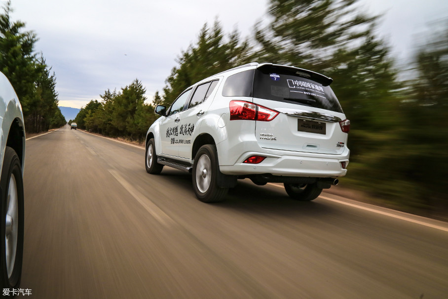 除了要表扬悬挂的舒适性之外,整车NVH控制的也是相当到位的。车内对于风噪、胎噪的控制十分到位,这一点的表现完全是越级水平的,只是怠速时柴油机哒哒哒的特色声响依然不可避免。