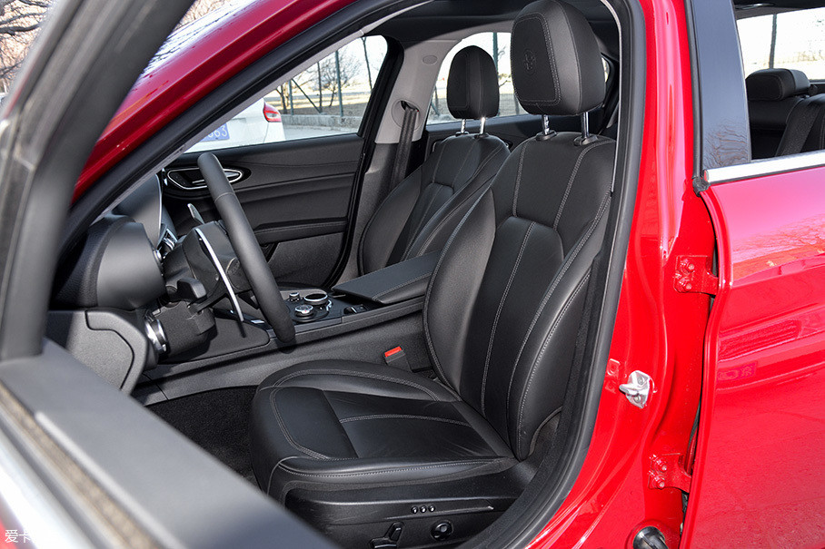 全系主/副驾驶座椅均具有多向电动调节功能,且主驾驶侧还具有记忆.