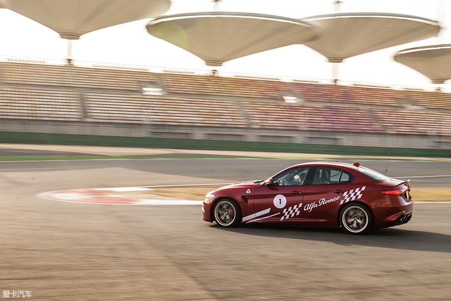 出色的空气动力学,让车身在高速行驶状态下变得异常的稳定,这也是Giulia QV在赛道中留给人的另一个印象深刻的地方,即便是车速超过250km/h,这台车依然能够保持四平八稳的车身姿态。