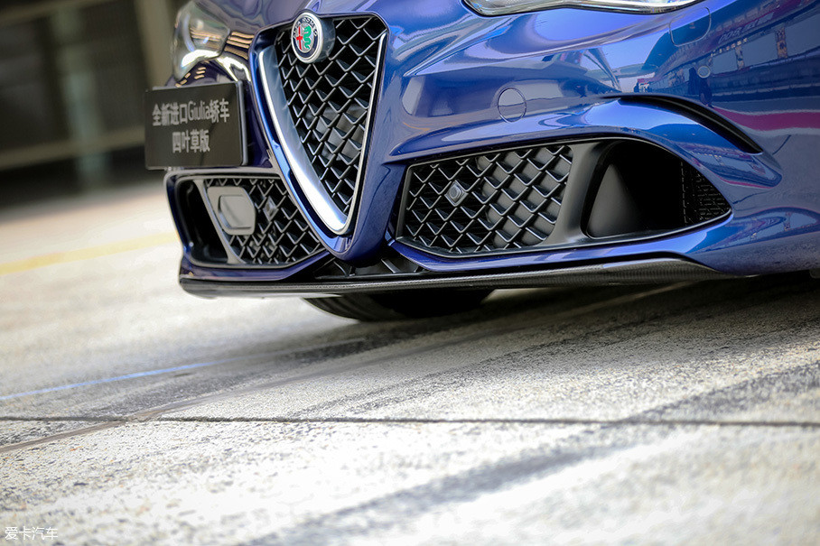 车头的碳纤维空力套件内置了电机,在车速超过100km/h时,该空力套件会自动下调大约10°,已达到增强车头下压力的作用,而当车速超过220km/h时,由于作用在车头部分的下压力完全满足继续高速行驶,为了降低阻力该空力套件还会自动收回。