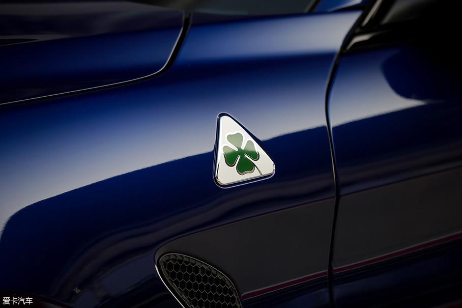 左前翼子板上的四叶草徽章是Giulia QV车型的特殊标识,而下方的散热孔则是起到将轮胎行驶过程中所产生的压力快速排除车外的作用。